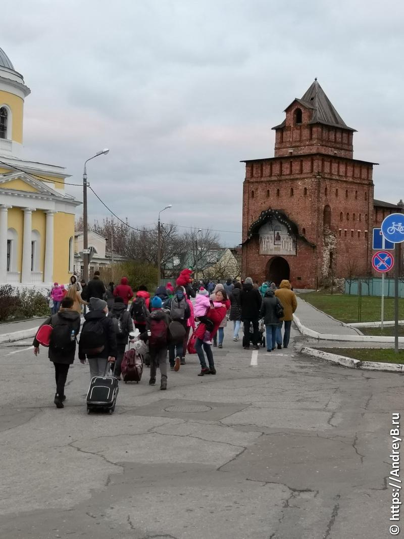 Ворота кремля и посетители